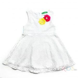 Елегантна детска рокля от бяла дантела с шарени цветя.