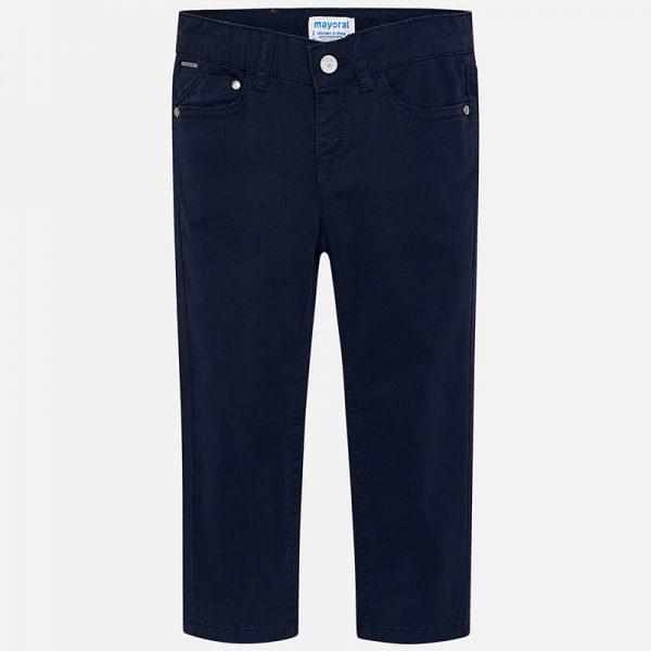 Детски дълги дънки за момче в тъмно син цвят. Свободна форма и големи джобове на гърба. Моделс 5 джоба, вътрешни - предни и странични джобове. Панталонът е удобен за игри и разходки. Има еластична лента за регулиране на размера на талията. Размерът от 6 г. нагоре е с цип.