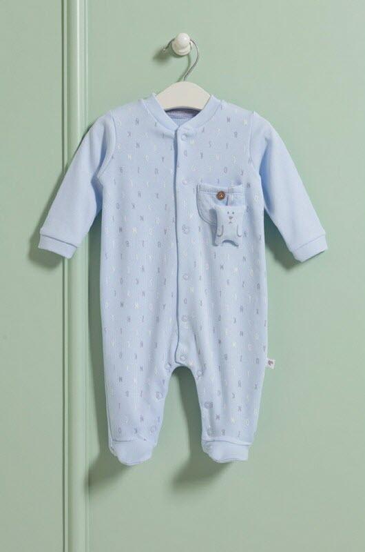 Цяло памучно боди за бебе. Има декоративно джобче с мече. Закопчава се отпред с копчета.Практичен и красив модел.