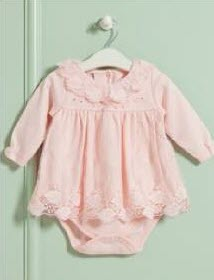 Бебешка памучна боди рокля с дълъг ръкав, изработена от висококачествен памук. Моделът е леко разкроен, закопчаването е с копчета тик-так на гръбчето. В горната предна част на гърдите има красива панделка и камъчета, обло деколте с красива дантела. Подходяща е както за ежедневието, така и за по - специални поводи.