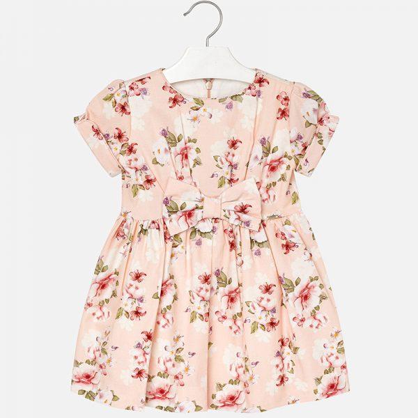 Детска рокля с къс ръкав на цветя. Кръгла яка с плисета надолу по роклята.На гърба има скрито закопчаване с цип. Изработена от елегантна кадифена тъкан. Красива джуфка отпред на кръста. Цветен печат на цветя.