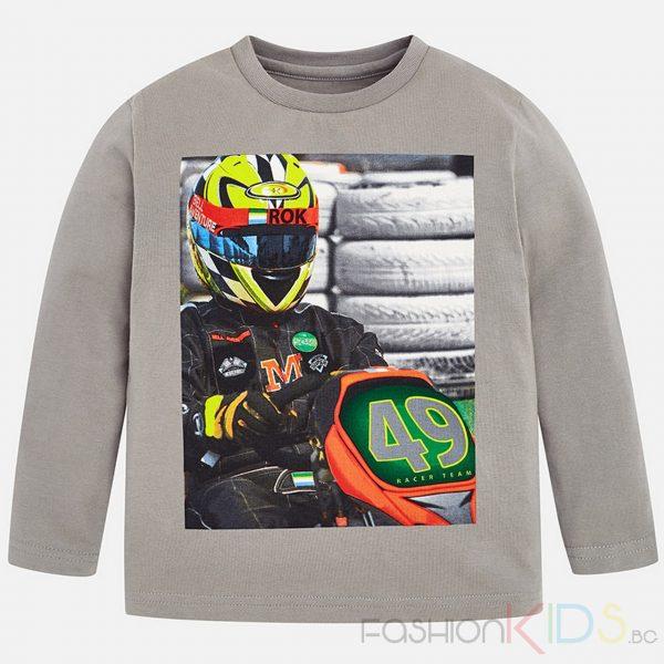 Детска блуза с дълъг ръкав и обла яка за момче. Дрехата е изработена от 100% памучна тъкан със ситопечат отпред на моторист с каска. Спортен дизайн.
