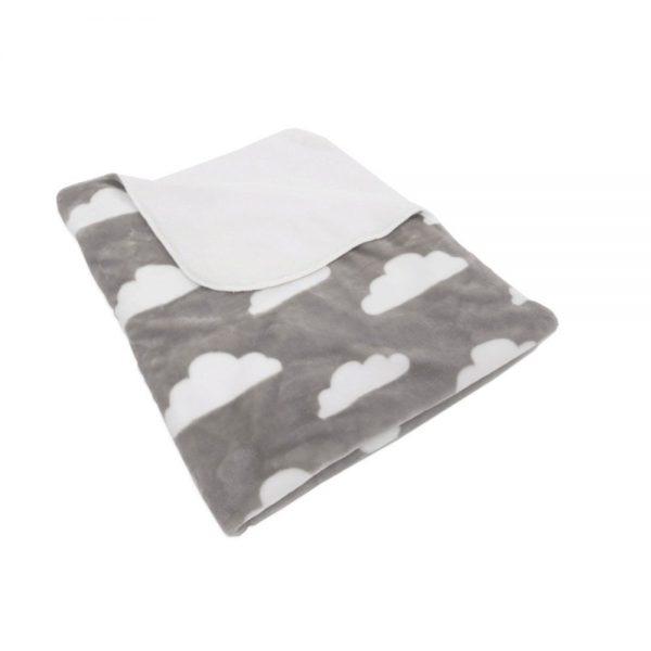 Бебешкото одеяло с облачета. Одеялцето може да се ползва както вкъщи, така и по време на разходка.