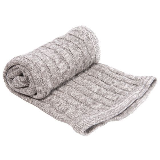 Бебешкото плетено одеяло в кутия. Одеялцето може да се ползва както вкъщи, така и по време на разходка.
