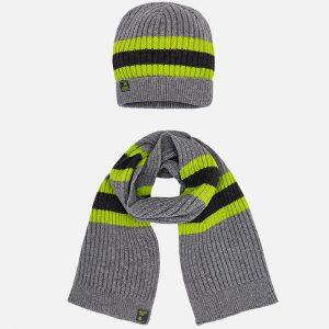 Детска комбинирана шапка и шал, изработени от плътна, топла, мека плетена тъкан с райеобразен дизайн и малко квадратно лого в края на шапката и шала.