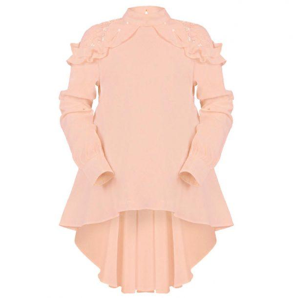 Модерна риза за момиче с дълъг ръкав. Ризата е с красива и нежна дантела, перлички и воланчета около раменете. Деколтето е плътно по врата и се закопчава с едно копче отзад. Задната част на ризата е разкроена и по-дълга. Подходяща за официални поводи.