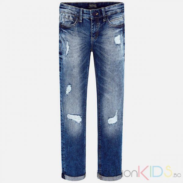 Детски дънки с ниска талия и големи джобове на гърба. Моделът е с изтъркан ефект и прорези, гарантиращо максимален комфорт и модерен дизайн. Еластична талия на кръста, цип и закопчаване на копчето. Навити крачоли. Моделът е с 4 джоба.