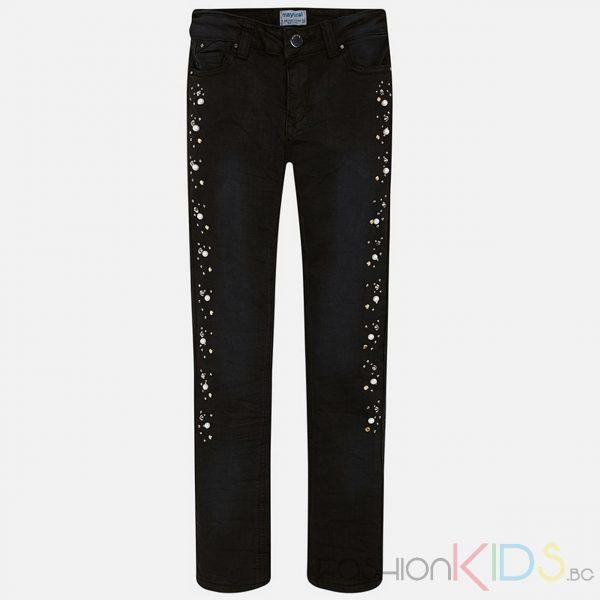 Модерни панталони за момиче по тялото. Закопчават се с цип и копче. Изработен от удобна, високо устойчива материя. Моделът е с 5 джоба и декоративни елементи като капси, имитации на рингове и перли. Измит ефект и промазано покритие.