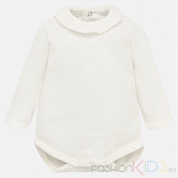 Бебешко боди с дълъг ръкав за момиче, изработено от висококачествен памук. Моделът се закопчава с копчета на гърба и има дантелени къдрички на якичката.