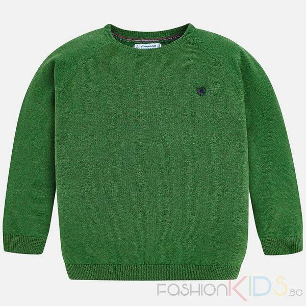 Детски пуловер за момче с дълъг ръкав от памучна материя. С обло деколте, оребрена яка и маншети, бродирано малко лого на лицевата част.Блузата добре се комбинира с повечето панталони и дънки.