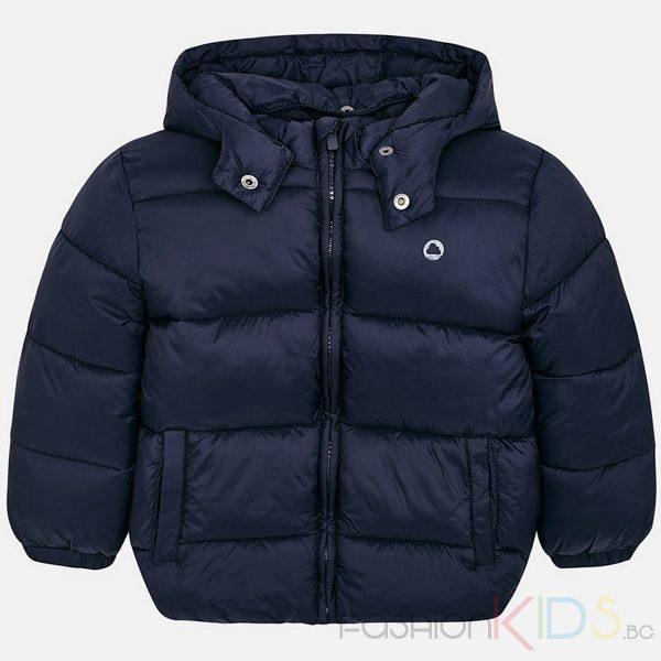 Детско зимно яке с дълги ръкави с качулка, идеално за училище. Якето е с подвижна качулка и предно централно закопчаване с цип, два джоба от двете страни, маншетите на ръкавите са еластични за по-добро прилепване, двойна висока яка, изработено от удобна и дишаща бързо съхнеща материя. Има лека вътрешна вата с подобрена топлоизолация, малко лого отпред в горната лява част.