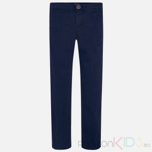 Детски панталон за момче, много удобен и еластичен. Панталонът е изработен от мека, фина, тъкан и модерна кройка с френски джоб, което създава уникален и специален дизайн. Има и малка емблема с надписи над един от задните джобове.Два джоба с копче отзад.