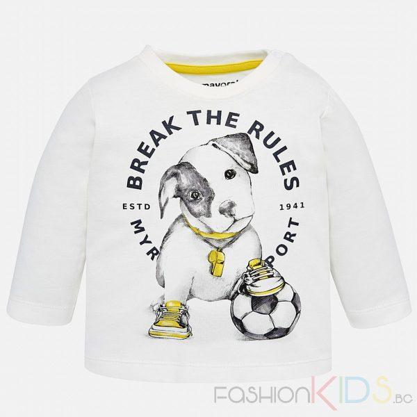 Бебешка блуза за момче с дълъг ръкав изцяло от памук. Закопчава се с две копчета на едното рамо, което улеснява обличането на детето. Блузатае изработена от плътна, топла и мека тъкан. На лицевата част има апликация с куче и футболна топка и надписи, яката е обла.