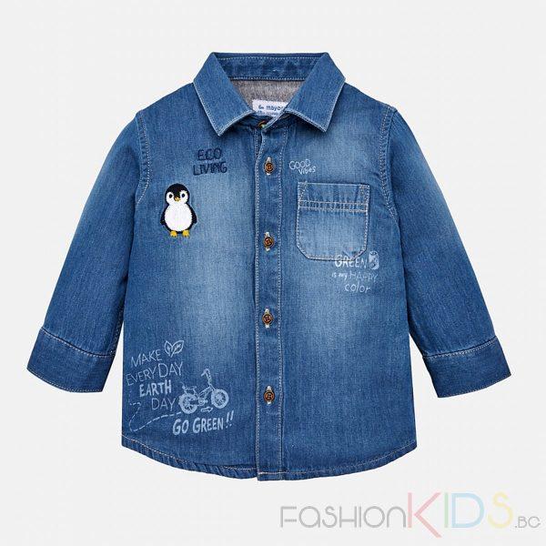 Бебешка дънкова риза за момче с дълъг ръкав, копченца и остра якичка. Много приятна, лека и мека памучна материя. Дънковият плат е удобен за носене и може да се комбинира с различни ежедневни панталони, с вътрешна подплата в различен цвят от външния плат. Освен това, ризата има напълно функционален джоб отпред и други декоративни елементи като щампа с текст и декоративна бродерия с пингвин.