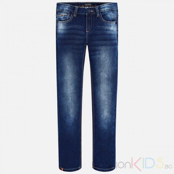 Детски дълги дънки за момче с протъркан ефект, свободна права форма. Моделс 5 джоба. Кожена емблема с лого на задния джоб. Изтъркан и износен ефект на крачолите отпред. Класически модел дънки, удобен за игри и разходки.