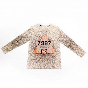Детска трикотажна блуза за голямо момче с принт на надраскан ефект и ефектен триъгълник в оранжево в средата и изчистен гръб в бежово.