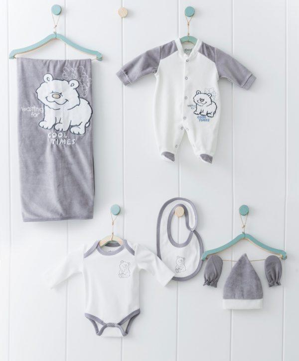 Зимен бебешки комплект за изписване от шест части за момче в сиво и сладка апликация с мече