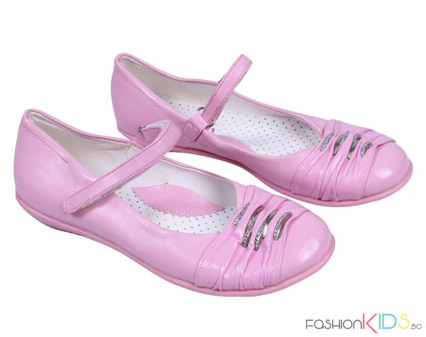 Детски официални лачени обувки в розово с ефектни нежни катарами в сребристо с камъни