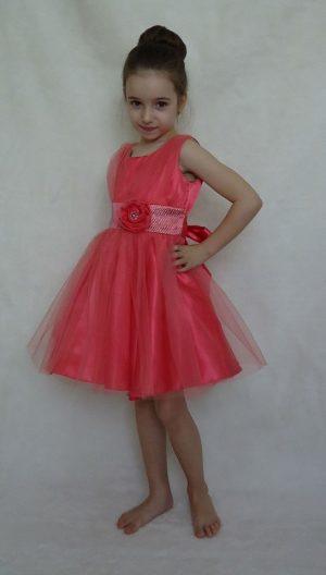 Детска официална рокля в корал с тюл, панделка и цвете.