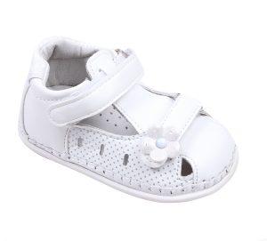 Бебешки сандали за момиче за прохождане в бяло с две коригиращи велкро лепки.