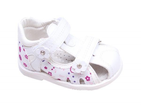 Бебешки сандали за момиче в бяло на нежни цветя с анатомична стелка от естествена кожа със затворени пета и пръсти.