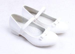Детски официални лачени обувки в бяло с нежна панделка и анатомично ходило.