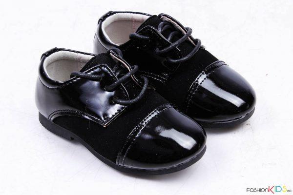 Бебешки официални лачени обувки за момче в черно с връзки и естествена стелка.