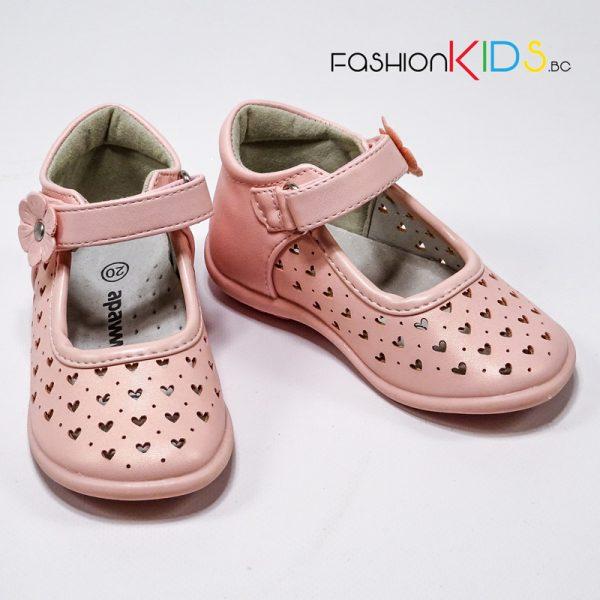 Бебешки обувки за момиче в розово с нежна перфорация на сърчица и анатомично ходило с естествена стелка.