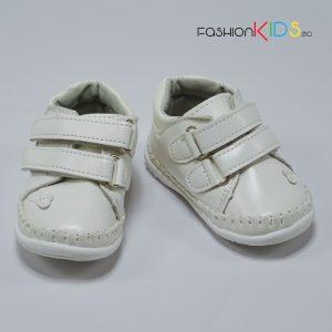 Бебешки обувки за момиче за прохождане в бяло с две лепки и нежна декорация със сърце.