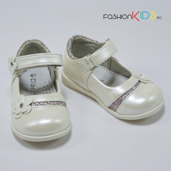 Бебешки официални обувки за момиче в екрю с красиво цвете, ефектна декорация със сребрист брокат и анатомично ходило.