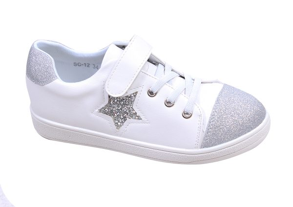 Детски спортно- елегантни обувки за момиче в бяло със сребристи ефекти и красива звезда, украсена с нежни камъчета.