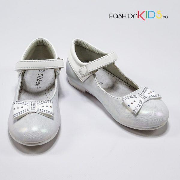Детски официални обувки за момиче в бяло с красива панделка със сребристи камъчета и анатомично ходило.
