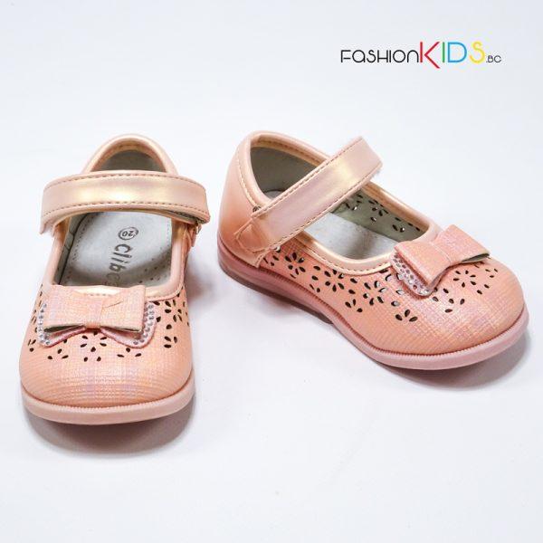 Официални бебешки обувки за момиче в цвят праскова с красива панделка с камъчета, нежна перфорация и анатомично ходило.