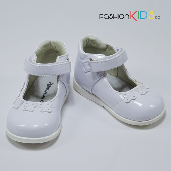 Бебешки официални лачени обувки за момиче в бяло с красиви пеперудки и анатомично ходило.