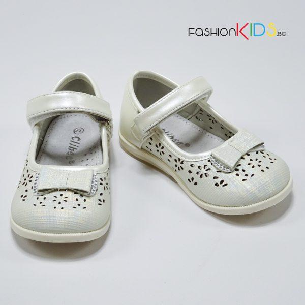 Официални бебешки обувки за момиче в екрю с красива панделка с камъчета, нежна перфорация и анатомично ходило.