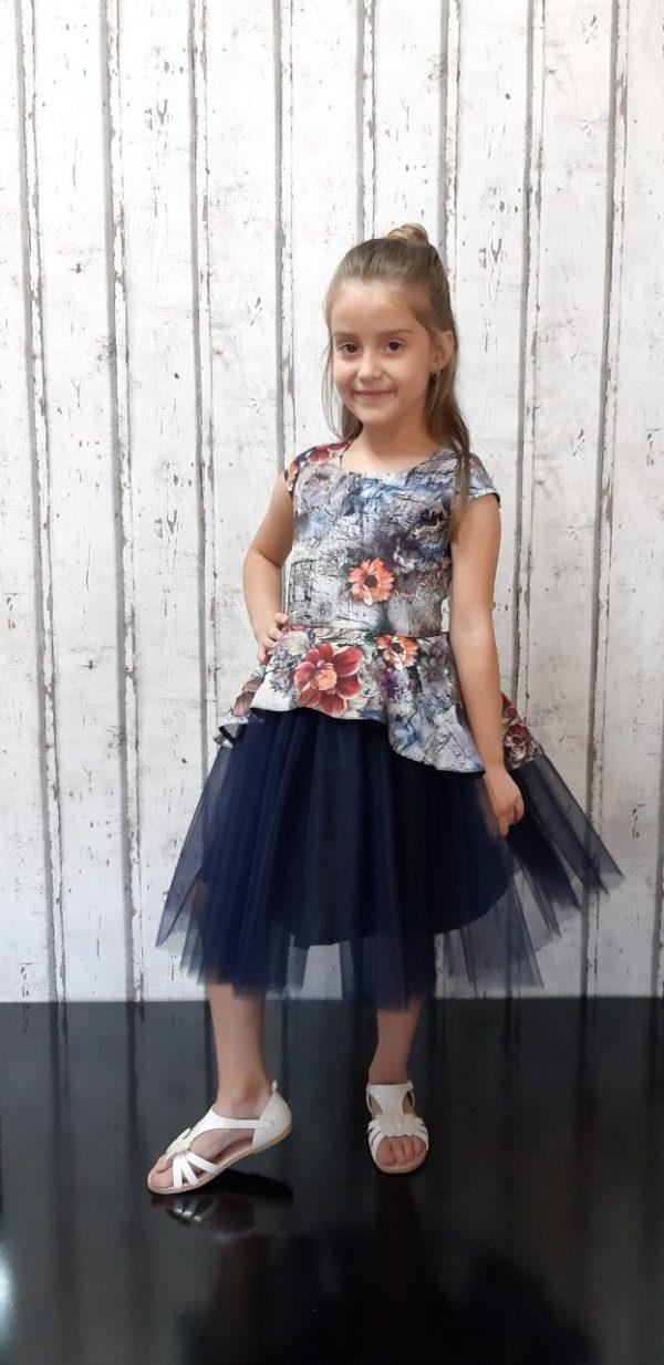 Детска официална рокля в тъмносиньо на цветя, ефектен тюл в долната част, обло деколте и къс ръкав.
