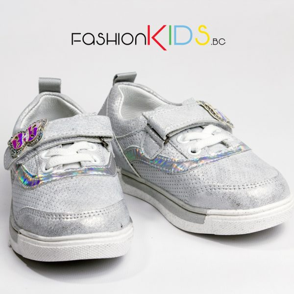 Детски спортни обувки за момиче в сребристо с анатомично ходило и коригираща лепка с блестяща пеперудка