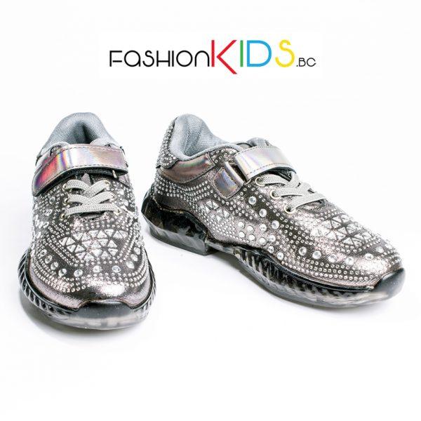 Детски спортни обувки за момиче в сребристо с блестящи камъни и атрактивна силиконова подметка.