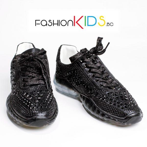 Юношески спортни обувки за момиче в черно с блестящи камъни и атрактивна силиконова подметка.