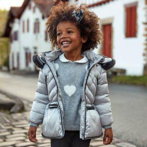 Детско дебело зимно яке за момиче в сребристо с качулка с пух от колекция Есен- Зима 2019/ 2020г. на MAYORAL