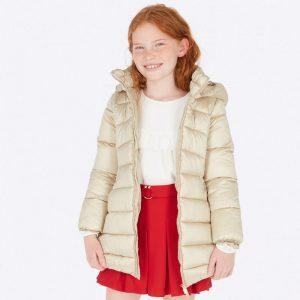 Детско дълго яке за момиче в златисто бежово с качулка и колан от колекция Есен- Зима 2019/ 2020 на MAYORAL