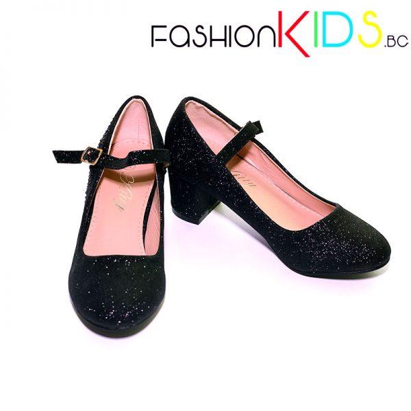 Детски официални обувки за момиче в блестящо черно на ток с коригираща каишка и естествена стелка.