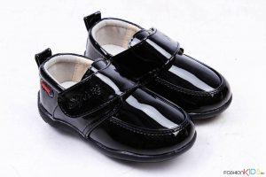 Бебешки официални лачени обувки за момче в черно с коригираща велкро лепка и естествена стелка