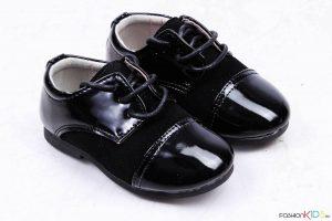 Детски официални лачени обувки за момче в черно с връзки и естествена стелка.