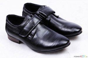Детски официални обувки за момче в черно с коригираща велкро лепка, с лек ток и заострена предна част.