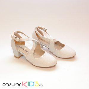 Детски официални обувки за момиче в хамелеонесто бяло на ток с коригираща каишка и естествена стелка.
