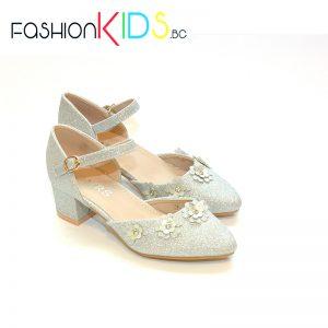 Детски официални обувки за момиче в сребристо на ток с коригираща каишка, естествена стелка и нежни цветенца.