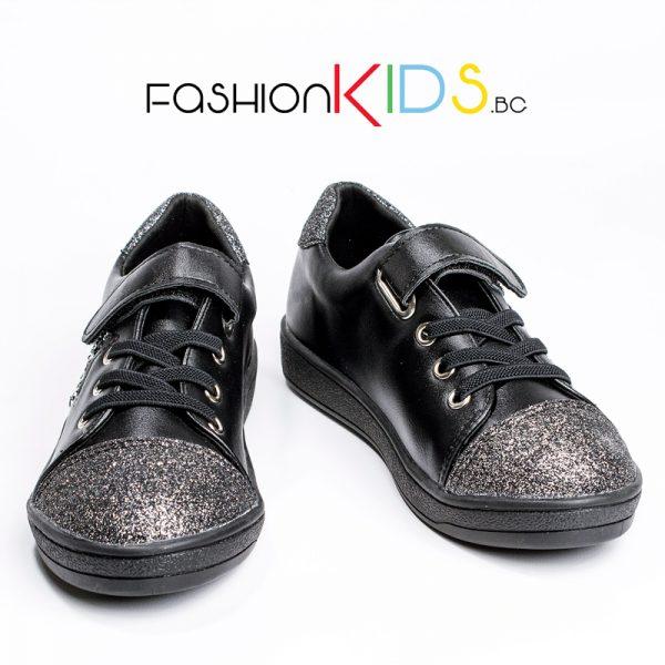 Детски спортно- елегантни обувки за момиче в черно със сребристи ефекти и красива звезда, украсена с нежни камъчета.