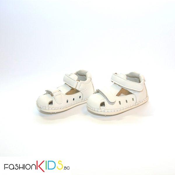 Бебешки сандали за момче за прохождане в бяло с две коригиращи лепки лепки.