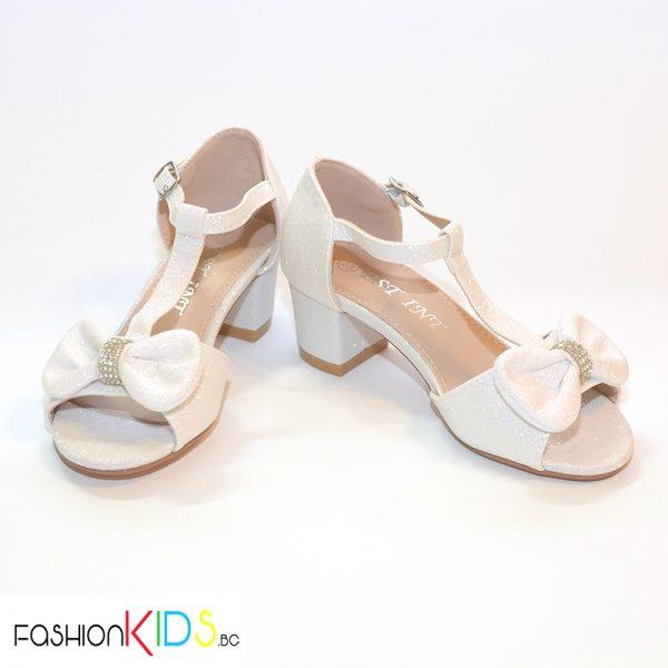 Детски официални отворени обувки за момиче в хамелеонесто бяло на ток с ефектна панделка с камъни и блестящ брокатен ефект, коригираща каишка и естествена стелка.